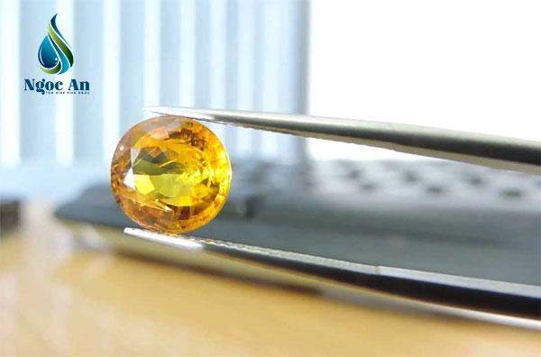 đá phong thuỷ màu vàng