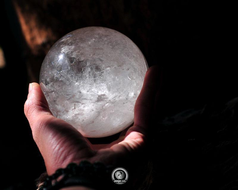 quả cầu đá màu trắng