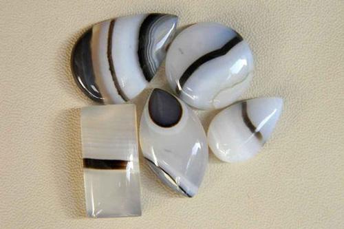 đá onyx lớp trắng và đen