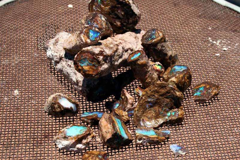 đá opal dạng tinh thể chưa qua chế tác